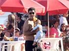 Eduardo Moscovis passeia com o filho caçula na praia