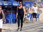 Sozinha, Luiza Brunet caminha pela orla no Rio