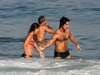 Emiliano D'Avila, o Lúcio de 'Avenida', curte praia com morena