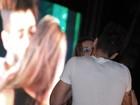 Gusttavo Lima volta a beijar fã durante show
