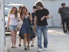Com vestido estilo mullet, Isis Valverde passeia com o namorado