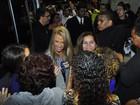 Carla Perez surge com pernas de fora e fãs alertam: 'Fotos só de frente'