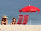 Amora Mautner se diverte com a filha na praia do Leblon