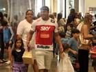 Vítor Belfort leva as filhas ao shopping