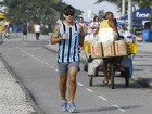 Com camisa do Grmio, Juliano Cazarr corre pela orla do Rio
