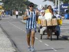 Com camisa do Grêmio, Juliano Cazarré corre pela orla do Rio