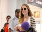 Com travesseirinho a tiracolo, Carol Abras anda em aeroporto carioca