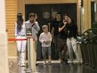 Murilo Benício vai com a namorada e os filhos ao cinema