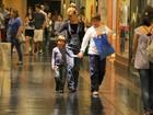 Filho de Carolina Dieckmann evita flashes em ida ao cinema
