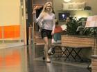 Fiorella Mattheis acena para paparazzo em ida a shopping