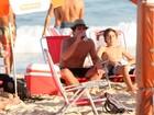 Com chapéu de palha, Thiago Martins bebe cerveja em praia no Rio