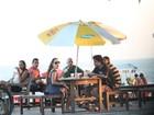 Fabíula Nascimento, de 'Avenida', curte fim de tarde em praia no Rio