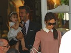 Victoria e David Beckham almoam com a filha em Londres