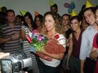 Daniela Mercury ganha festa surpresa de fãs em Salvador