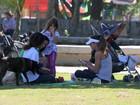 Cynthia Howlett curte dia de parque com as crianças
