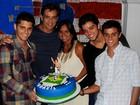Bruno Gissoni e Rodrigo Simas comemoram o aniversário do pai
