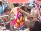Fernanda Torres vai à praia com o filho no Rio