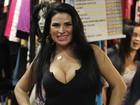 Solange Gomes exagera no decote e seios quase saltam da blusa