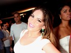 Anamara vai a show em Salvador com vestido branco decotado