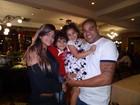 Adriano janta em churrascaria com os filhos e a ex-mulher