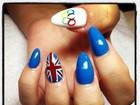Londrina Lily Allen pinta as unhas com o desenho dos anéis olímpicos