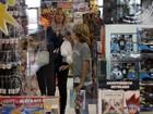 Susana Werner vai com filhos a loja de brinquedos e sai de lá com sacolão