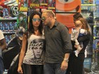 Gracyanne vai às compras com Belo e manda recado: 'Fuck society'
