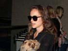 Natalie Portman viaja com seu cachorro a tiracolo