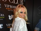 Aos 45 anos, Pamela Anderson vai a boate com as pernas de fora