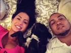 Gracyanne Barbosa posta foto de momento relax com o marido e cão