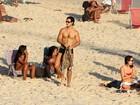 Emiliano D'Avila, de 'Avenida Brasil', curte praia com amigos no Rio