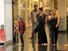 Giovanna Antonelli passeia com o filho mais velho e o marido no Rio