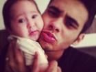 Perlla posta foto da filha e do marido de rostinho colado