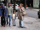 Carolina Dieckmann passeia com o marido e os filhos