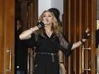 Com luvas à la Ana Maria Braga, Madonna vai a evento em Moscou