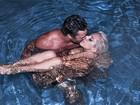 Aparentemente nua, Lady Gaga beija o namorado em piscina