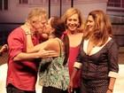 Miguel Falabella distribui selinhos após reestreia da peça 'A Partilha'