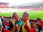 Gêmeas do nado vão à partida de futebol do Brasil em Manchester