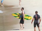 Rodrigo Santoro curte dia de surfe no Rio