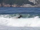 Cauã Reymond toma tombo em dia de surfe no Rio