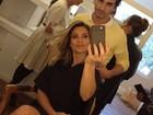 Flávia Alessandra posa na cadeira do cabeleireiro