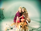 Ana Hickmann e Ticiane Pinheiro posam fazendo carinho em um tigre