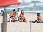 Paulo Vilhena ganha beijo de Thaila Ayala antes de surfar