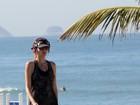 Sábado de sol: Ellen Jabour caminha em orla da praia com o cachorro