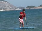 Marcelo Serrado pratica stand up paddle em praia do Rio