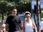 Ana Maria Braga caminha com o marido no Rio
