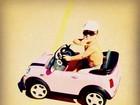 Rafa Justus se diverte com miniatura de carro sofisticado