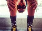 Sabrina Sato fica de cabeça para baixo para mostrar bota com salto dourado