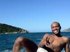 De sunga, Thiaguinho passeia de barco com amigos em Cabo Frio