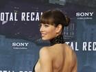 Jessica Biel quase mostra demais em première de filme